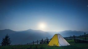 在山的帐篷在晚上 免版税图库摄影