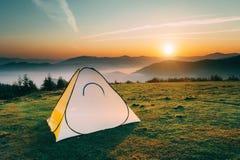 在山的帐篷在黎明 免版税库存照片