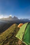 在山的帐篷在Aiguille d'Arves前面渐近在太阳 库存图片