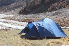 在山的帐篷 免版税库存照片