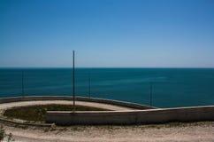 在山的弯曲道路沿海 库存图片