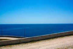 在山的弯曲道路沿海 免版税库存图片