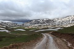 在山的弯曲道路 库存照片