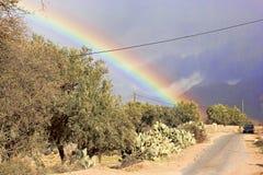在山的彩虹在路 库存照片