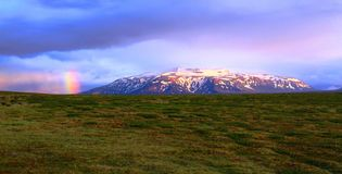 在山的彩虹在Hvitarnes小屋,冰岛附近 免版税库存照片
