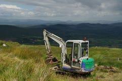 在山的微型挖掘者 免版税库存图片