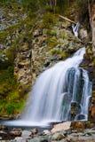 在山的惊人的瀑布 库存图片