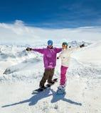 在山的愉快的年轻夫妇 库存图片