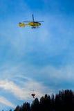 在山的抢救直升机, 库存照片