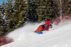 在山的挡雪板骑马在一个晴朗的冬日 库存图片