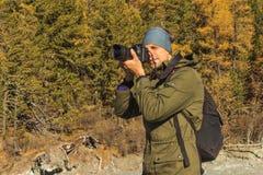 在山的摄影师射击 库存图片