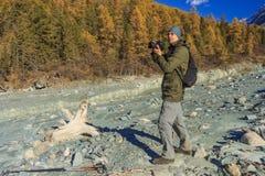 在山的摄影师射击 免版税图库摄影