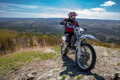 在山的摩托车驾驶员 免版税库存图片