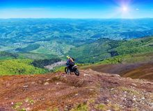 在山的摩托车骑士骑马 图库摄影