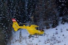 在山的救护机直升机 免版税库存照片