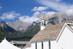 在山的教会尖顶 库存照片