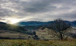 在山的日出与雪上面 免版税库存照片