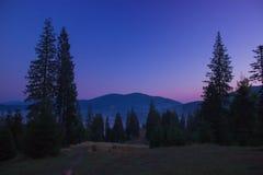 在山的日出蓝色紫色天空 免版税库存照片