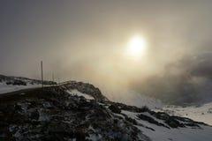在山的日落与雾 免版税图库摄影