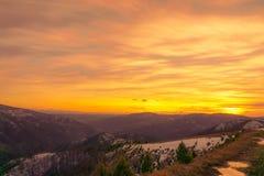 在山的日落在塞尔维亚告诉了Tables 免版税库存照片