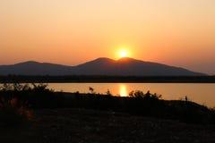 在山的日落在Huay Mai滕国水库在Ratchaburi,泰国 库存图片