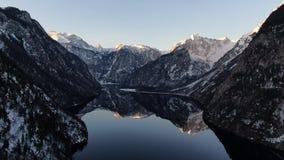 在山的日落,在有反射的一个湖在水中,德国,4k 股票视频
