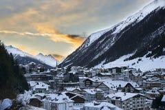 在山的日落 在滑雪胜地Ischgl的冬天晚上在蒂罗尔阿尔卑斯 图库摄影