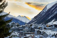 在山的日落 在滑雪胜地Ischgl的冬天晚上在蒂罗尔阿尔卑斯 免版税库存图片