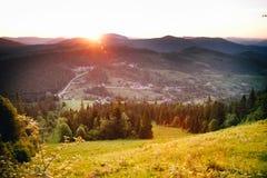 在山的日落 美好的山风景,许多间隔并且宣扬新鲜 免版税库存照片
