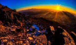在山的早晨光在冬天季节 免版税图库摄影