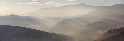 在山的早晨光 在山的阳光 免版税图库摄影