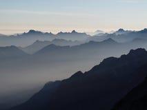 在山的早晨光 免版税库存图片