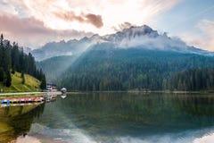 在山的早晨在Misurina湖附近 库存图片