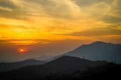 在山的早晨日出 免版税库存照片