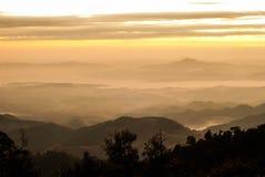 在山的早晨薄雾- Khun Sathan,南 免版税库存照片