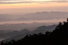 在山的早晨薄雾- Khun Sathan,泰国 免版税库存图片