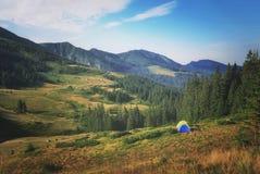 在山的早晨 野营在帐篷 库存照片