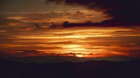 在山的时间间隔美好的日落Cloudscape 股票视频