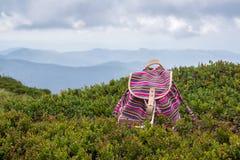 在山的明亮的女孩` s背包 美丽的概念池假期妇女年轻人 免版税库存照片
