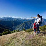 在山的暑假 站立在a的父亲和年轻儿子 库存照片