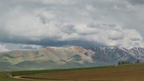 在山的暴风云在哈萨克斯坦 Timelapse 4K 股票视频