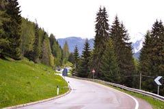 在山的曲线路 库存图片