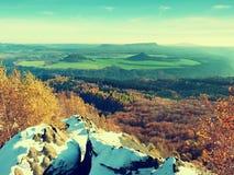在山的有薄雾的日出,颜色的渐进性覆盖 在的有薄雾的破晓美丽的小山 免版税图库摄影