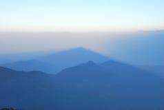 在山的有薄雾的日出 图库摄影