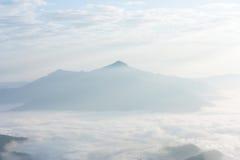 在山的有薄雾的早晨日出在北部泰国 库存照片
