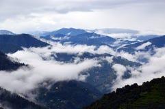 在山的有薄雾的早晨 免版税库存图片