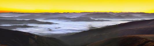 在山的有雾的日出 库存图片