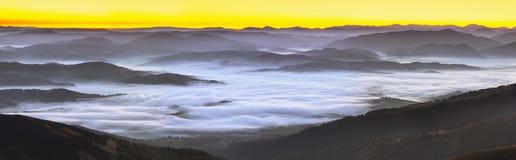 在山的有雾的日出 免版税库存图片