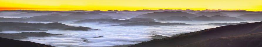 在山的有雾的日出 免版税库存照片