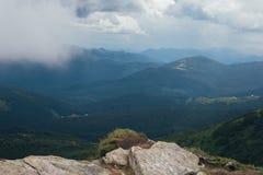 在山的有雾的样式风景 免版税库存图片